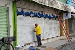 Empresários fazem limpeza nas ruas do Centro Histórico de Florianópolis durante o feriado
